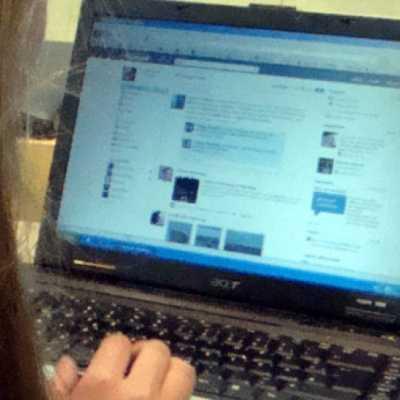 Bild: Internet-Nutzerin vor dem Computer, über dts Nachrichtenagentur