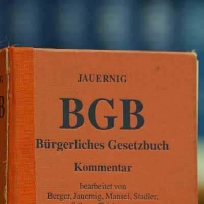 Bild: Ausgaben des BGB in einer Bibliothek, über dts Nachrichtenagentur
