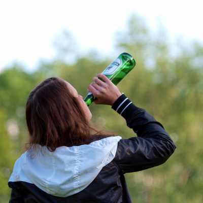 Bild: Biertrinkende Frau, über dts Nachrichtenagentur