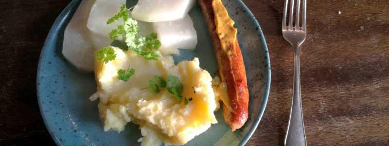 Bild: Bratwurst mit Kartoffelbrei und Kohlrabi, über dts Nachrichtenagentur