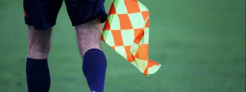 Bild: Linienrichter beim Fußball mit Fahne, über dts Nachrichtenagentur