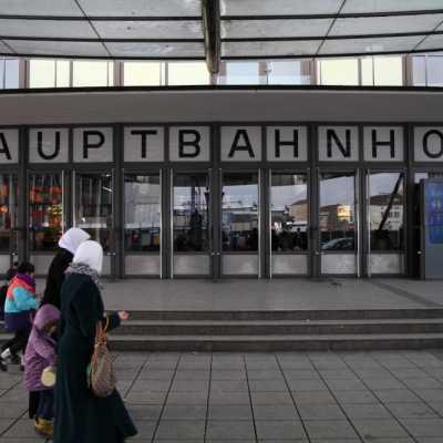 Bild: Frauen mit Kopftuch vor dem Ulmer Hbf, über dts Nachrichtenagentur