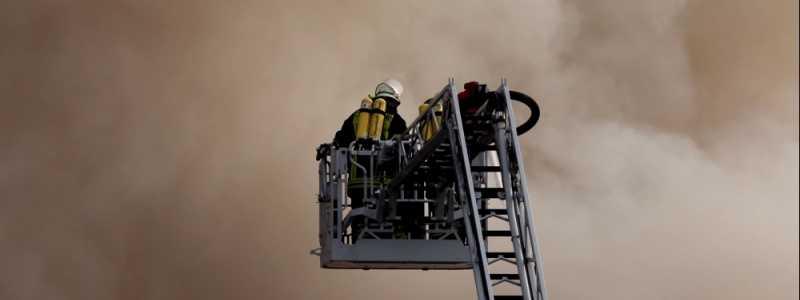 Bild: Feuerwehr auf einer Drehleiter, über dts Nachrichtenagentur