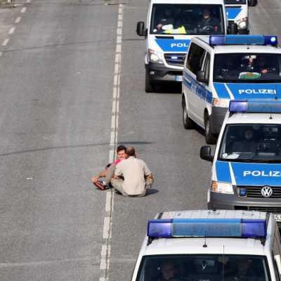 Bild: Polizeiautos umfahren Anti-G20-Protest in Hamburg, über dts Nachrichtenagentur