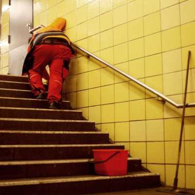 Bild: Reinigungskraft in einer U-Bahn-Station, über dts Nachrichtenagentur