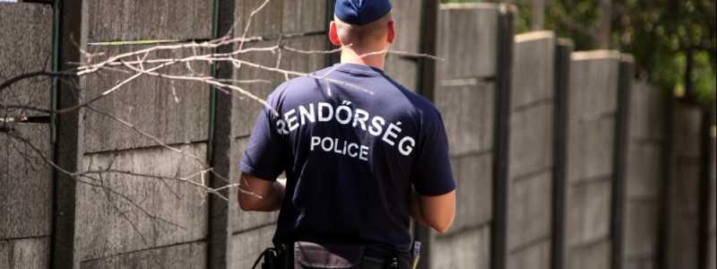 Bild: Ungarische Polizei an einer Mauer mit Stacheldraht, über dts Nachrichtenagentur