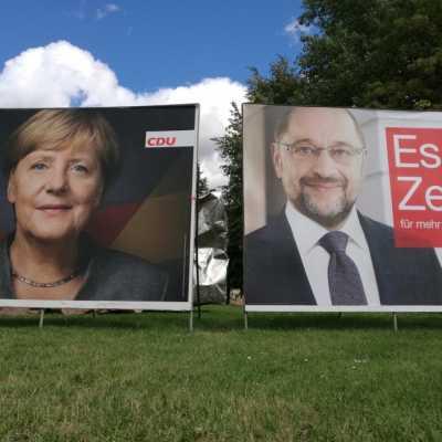 Bild: Wahlplakate mit Angela Merkel und Martin Schulz, über dts Nachrichtenagentur