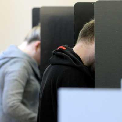 Bild: Wähler in einem Wahllokal, über dts Nachrichtenagentur