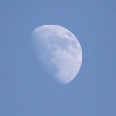 Bild: Mond, Mond bei Tageslicht, blauer Himmel, über dts Nachrichtenagentur