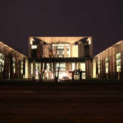 Bild: Bundeskanzleramt bei Nacht, über dts Nachrichtenagentur