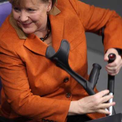 Bild: Angela Merkel mit Krücken, über dts Nachrichtenagentur