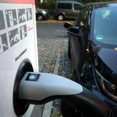 Bild: Elektroauto an einer Ladestation, über dts Nachrichtenagentur