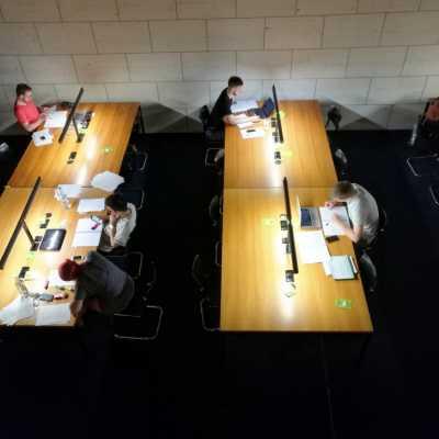 Bild: Studenten in einer Bibliothek, über dts Nachrichtenagentur