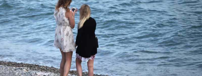 Bild: Zwei junge Frauen am Strand, über dts Nachrichtenagentur