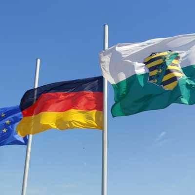 Bild: Flaggen vor dem sächsischen Landtag, über dts Nachrichtenagentur
