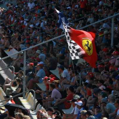 Bild: Formel-1-Fans mit Ferrari-Fahne, über dts Nachrichtenagentur