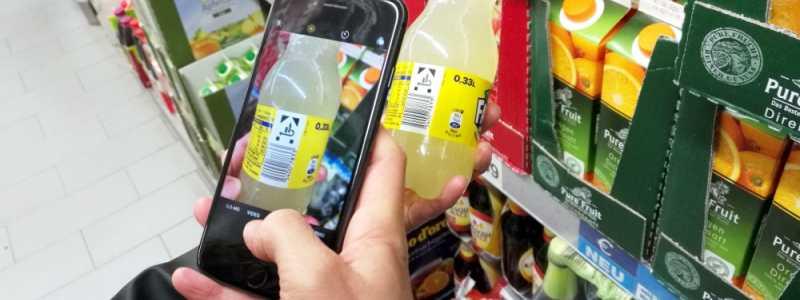 Bild: Kunde mit Smartphone im Supermarkt, über dts Nachrichtenagentur