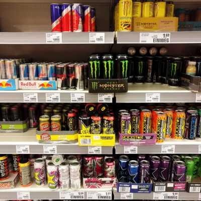 Bild: Energydrinks im Supermarktregal, über dts Nachrichtenagentur