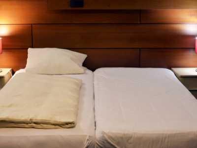 Abbildung 2: Ein Doppelbett besteht häufig aus zwei einzelnen Matratzen.