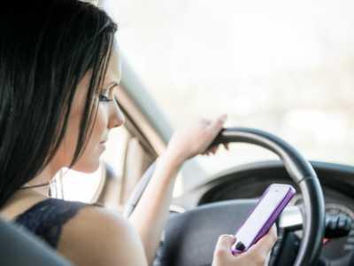 Die Ablenkung bei der Nutzung von Smartphones beim Autofahren ist immens und sehr gefährlich. Die Anzahl, der dadurch verursachten Unfälle, nimmt stetig zu.