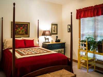 Zu viele Einrichtungsstücke kann ein Schlafzimmer überfüllt wirken lassen