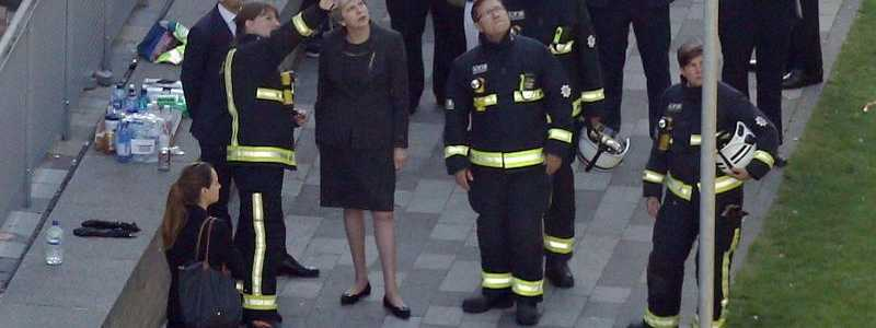 May am Grenfell Tower - Foto: Premierministerin Theresa May (M) besichtigt den ausgebrannten Grenfell Tower. Foto: Rick Findler